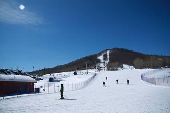 """万达长白山国际滑雪场,是此次 GQ 男士网推荐"""" 10 个著名雪场""""中唯一一家国内滑雪场,另外还有惠斯勒滑雪场等国外著名国际滑雪场列入推荐之列。"""