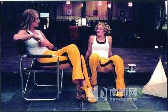 世爵娱乐平�9�b��.��n�oe_乌玛·瑟曼与知名女特技演员z oe b ell在《杀死比尔》片场.