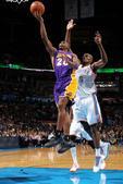 图文:[NBA]湖人负雷霆 米克斯上篮