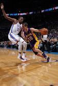 图文:[NBA]湖人负雷霆 纳什突破杜兰特