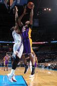 图文:[NBA]湖人负雷霆 霍华德上篮