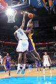 图文:[NBA]湖人负雷霆 霍华德暴扣
