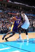 图文:[NBA]湖人负雷霆 霍华德突破上篮
