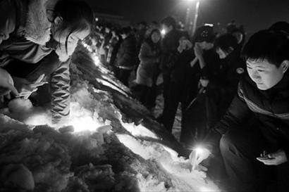 """3月5日晚,吉林长春市数百名群众自发来到文化广场,悼念日前在长春""""304""""车辆失窃案件中死亡的两月大男婴 新华社发"""