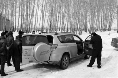 3月5日,民警为被盗的RAV4丰田越野车取证 新华社发