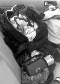 被盗车辆内的婴儿襁褓 新华社发