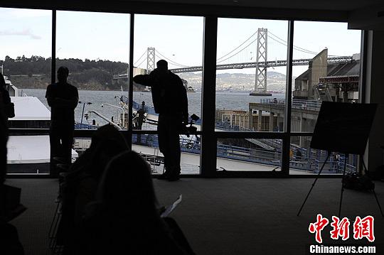 当地时间3月5日,美国旧金山,参观者正在拍摄一组LED节能灯。中新社发 陈钢 摄