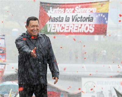 2012年10月4日,查韦斯冒雨为竞选造势。