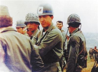 从军时期的查韦斯(中)在一次演习中。