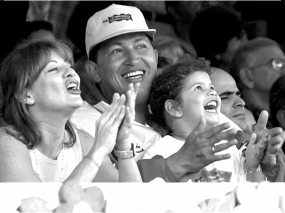 2001年7月15日,查韦斯与妻子和女儿罗萨观看表演。