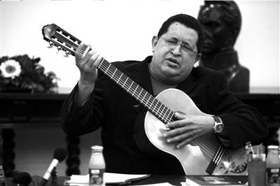 2012年9月20日,查韦斯在米拉弗洛雷斯宫弹吉他。