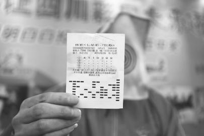 达州幸运彩民展示自己的中奖彩票。