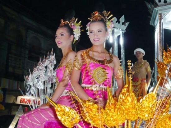 美女 女人 泰国/泰国女人喜欢浓妆艳抹,配合艳丽的民族服饰,很妥帖。