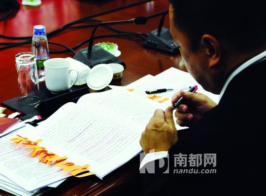 """于海洋/3月6日,在辽宁省沈阳市北一路上,一栋装饰有""""化学元素周期表..."""