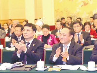 3月6日,湖南代表团讨论现场气氛热烈,精彩发言赢得代表们阵阵掌声。 记者 张目 摄