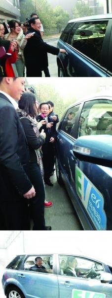 坐电动汽车的万钢遭围堵。
