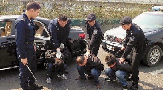 杭州上塘高架上演警匪追击 ptu17分钟追捕盗贼(组图)