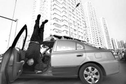 路边趴活儿的时候,双手往车上一撑,在众人面前表演倒立。3日在北京广安门外荣丰小区门前趴活的这位的哥,吸引了不少路人的目光。
