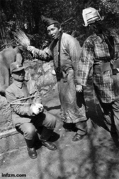 """""""鬼子专业户""""的群众演员刘振于穿着日本军服,和几个朋友拍摄关于抗日、反对日本占领钓鱼岛的短片。 (南方周末记者 麦圈/图)"""