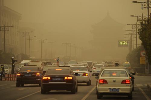 3月9日,西安街头沙尘弥漫。新华社记者 李一博 摄