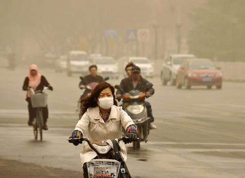 3月9日,西安街头沙尘弥漫。新华社记者 陈钢 摄