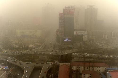 3月9日,河南郑州市区笼罩在沙尘中。当日,河南郑州遭遇大风扬沙天气,给市民出行带来不便。河南气象台发布大风蓝色预警信号,提醒市民注意防范。新华社记者 朱祥 摄