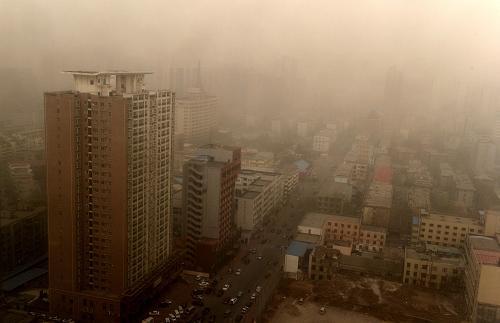 3月9日,河南郑州市区笼罩在沙尘中。新华社记者 朱祥 摄