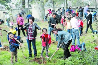 7日,九峰森林动物园里,来自地大幼儿园的孩子们与家长一起,体验植树的