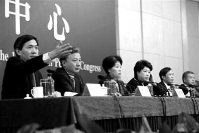 """昨日下午,十二届全国人大一次会议新闻中心举行记者会,全国人大五位负责人就""""人大工作""""相关问题回答了中外记者的提问。新京报记者 赵亢 摄"""