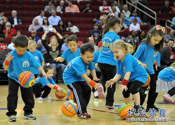 组图:火箭超萌儿童篮球队亮相
