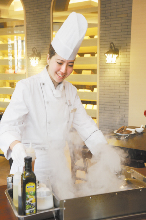 动态美女赤裸牛排。的厨师图美女烤制图片