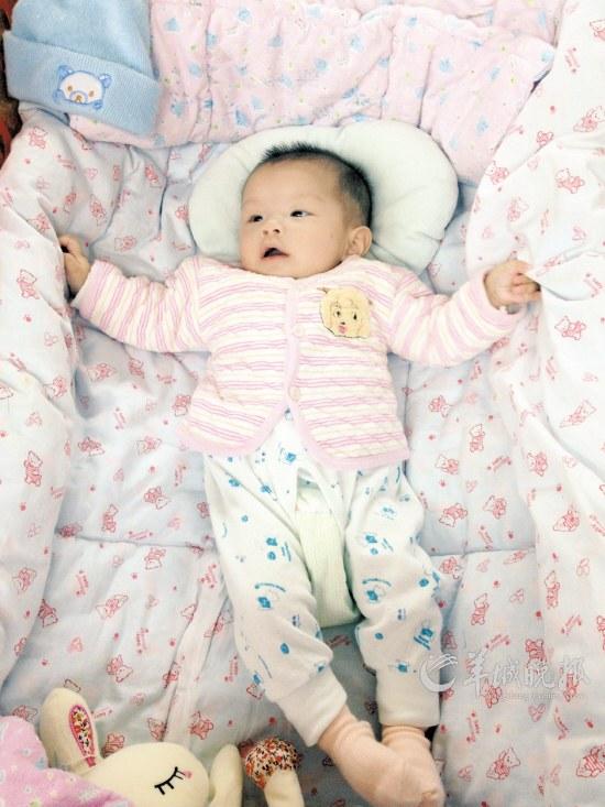 小霞霞躺在婴儿床上,随口一叫,护士姐姐就会凑过来抱她