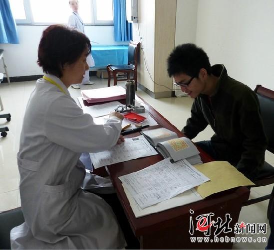 石家庄高考体检正式开始 多数学生存在近视(组图)