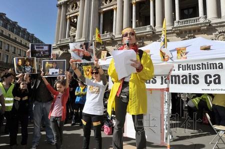 """德国和法国3月9日举行反核电游行,人们牵手组成""""人链""""呼吁关闭核电站。图为反核电组织代表在巴黎市中心的集会上发表演讲。"""