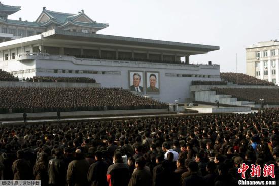 原文配图:当地时间3月7日,平壤,朝鲜军队和民众数万人参加军民大会。据朝中社报道,军民大会的举行,是对朝鲜人民军最高司令部发言人的声明表示支持。
