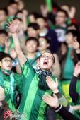 幻灯:绿城球迷激情助阵长杭战 看台举阿甘画像