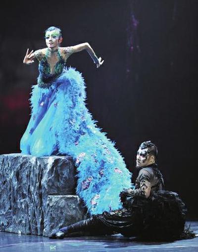 看过整部《孔雀》人才会明白,传统的孔雀舞早已被杨丽萍解构,舞蹈中被
