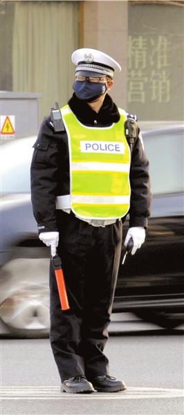 昨日,警察佩戴口罩上岗。记者潘之望摄