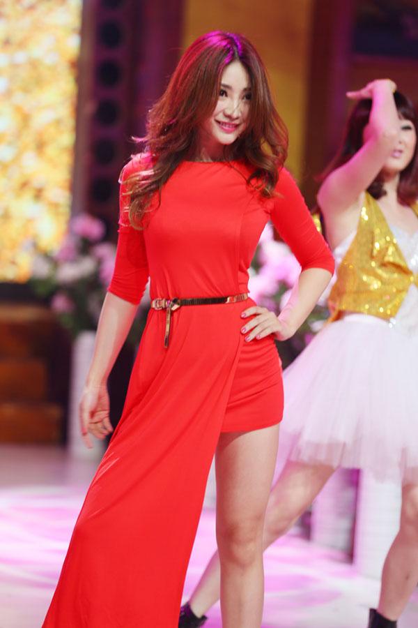 柳岩红裙亮相《天天向上》 丰胸纤腰美腿显女