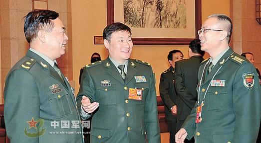 原文配图:记者在会议间隙就征兵工作采访军队人大代表陈东登(左)、牟明滨(中)。