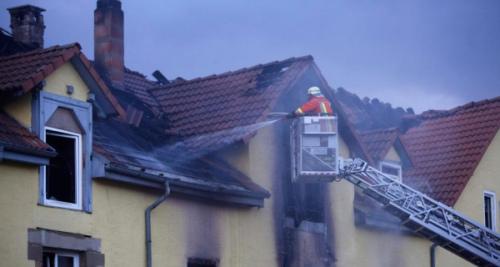 消防人员正在进行灭火工作。
