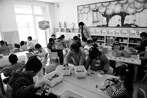 孩子们在上手工课资料片记者郑涛摄