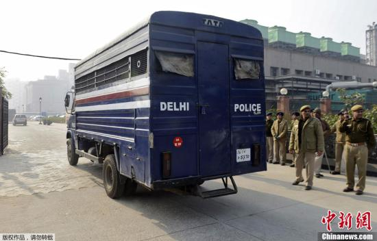 当地时间1月7日,印度新德里,印度黑公交轮奸案中的5名被告在新德里地方法院接受首次庭审。他们被控强奸、绑架、谋杀和毁灭证据等罪名,最高可被判死刑。