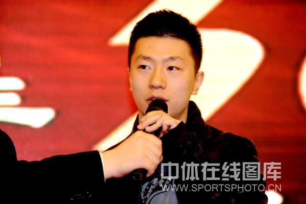 图文:乒超总结会在京召开 马龙接受采访