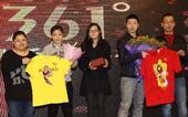图文:乒超总结会在京召开 马龙与球迷互赠礼物