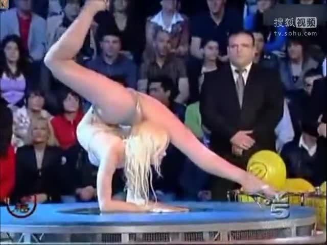 俄罗斯美女比基尼柔术表演