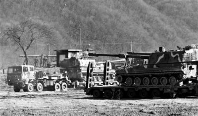 """3月11日,韩国坡州,韩国K-9自行火炮参加韩美""""关键决断""""联合军演。F-22型隐形战斗机、B-52型远程战略轰炸机和美国海军两艘驱逐舰""""拉森号""""和""""菲茨杰拉德号""""参与军演。"""