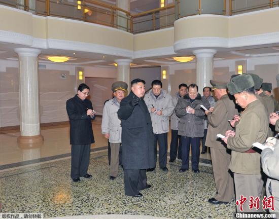 资料图:朝中社1月19日提供的照片显示,朝鲜最高领导人金正恩视察了朝鲜人民军在建的大城山综合医院。