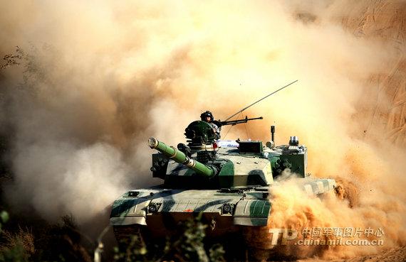 资料图:中国陆军96式改进型坦克在训练中扬起滚滚沙尘。