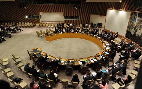 北京时间2013年3月7日,联合国安理会一致通过关于朝鲜第三次核试验问题的第2094号决议。该决议要求朝不再进行核试验,放弃核武器计划,并重返《不扩散核武器条约》。决议同时承诺采取和平、外交和政治方式解决当前局势,重申支持并呼吁重启六方会谈。图为表决现场。 摄影:新华社记者  牛晓雷